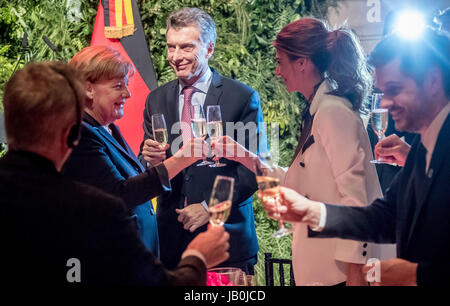 Buenos Aires, Argentina. 08th June, 2017. German Chancellor Angela Merkel (CDU) cliks glasses with Argentina's President - Stock Photo
