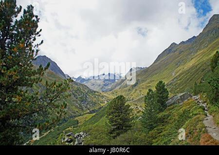 Landschaft im Stubaital in Tirol, Österreich, Berge, Wiesen, steep, schroffe Felsen, blauer Himmel mit weißen Wolken, - Stock Photo