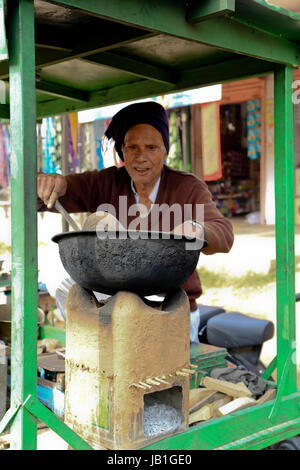 Street scene, a senior Man cooking peanuts on the street, Dausa, Rajasthan, India - Stock Photo
