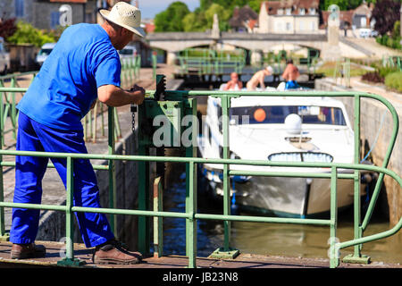 France, Nièvre (58), Clamecy, canal du Nivernais, écluse de Clamecy // France, Nievre, Clamecy, Clamecy lock on - Stock Photo