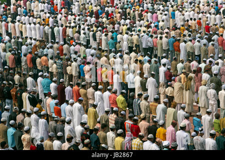 Thousands of people pray in front of the mosque at the Taj Mahal to celebrate the Muslim festival of Eid ul-Fitr - Stock Photo