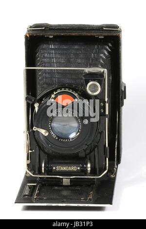 Eine alte gebrauchte Kamera vor weissem Hintergrund - Stock Photo