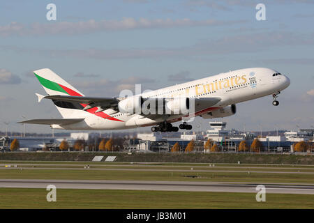 München, Deutschland - 24. Oktober 2013: Ein Airbus A380 der Emirates mit der Kennung A6-EEE startet vom Flughafen München (MUC). Der Airbus A380 Superjumbo ist das größte Passagierflugzeug der Welt. Emirates ist eine staatliche Fluggesellschaft mit Sitz in Dubai in den Vereinigten Arabischen Emiraten und der größte Betreiber der A380.