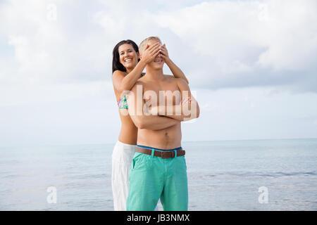 junges glückliches verliebtes paar hat spaß im sommer am strand - Stock Photo