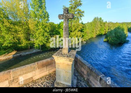 France, Aveyron (12), Saint-Côme-d'Olt, labellisé Les Plus Beaux Villages de France, croix au milieu du pont sur - Stock Photo