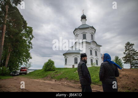 Tver Region, Russia. 8th June, 2017. A priest and a believer seen outside the Cathedral of the Exaltation of the - Stock Photo