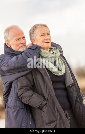 älteres senioren paar gesund und glücklich an der ostsee spazieren natur freizeit - Stock Photo