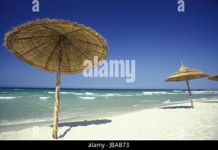 Der Strand am Mittelmeer an der Altstadt in Monastir am Mittelmeer im Nordosten von Tunesien in Nordafrika. - Stock Photo