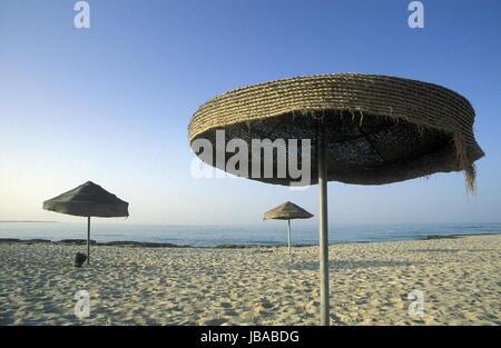 Ein Sandstrand auf der Insel Jierba im Sueden von Tunesien in Nordafrika. - Stock Photo