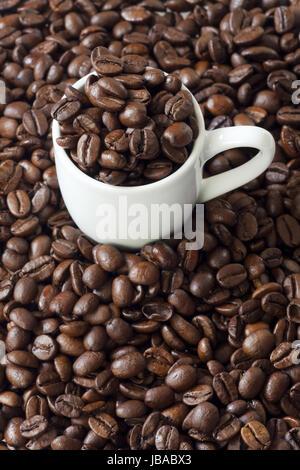 Hintergrund aus Espressotasse und Kaffeebohnen - Stock Photo