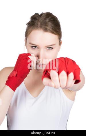 Freigestelltes Foto einer jungen Sportlerin in Box Stellung, die ihre Hände mit einer roten Bandage bandagiert hat. - Stock Photo
