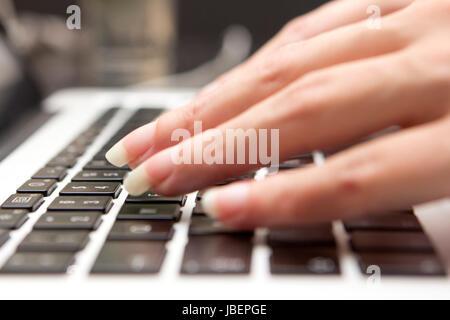 Hände einer Frau auf einer Computertastatur - Stock Photo
