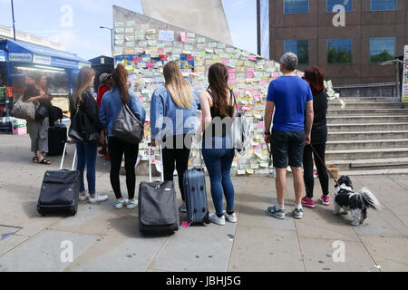 London UK. 11th June 2017. Members of the public view the messages of condolence on a wall in London Bridge . It - Stock Photo