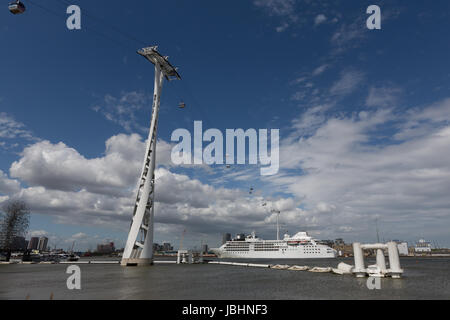 Greenwich, London, United Kingdom. 11th June, 2017. Silver Wind sails under the Thames cable car. In a rare happening, - Stock Photo