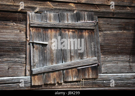 Weathered barn door at a farmhouse in the village Stensjo. From the swedish province Smaland. - Stock Photo