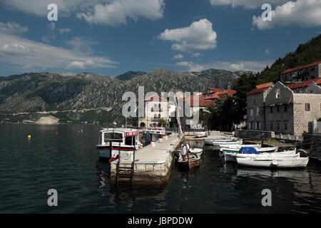 Das Dorf Persat in der Bucht von Kotor am Mittelmeer in Montenegro im Balkan in Europa. - Stock Photo