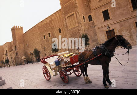 Eine Pferdekutsche mit Besuchern bei der Palca de la Reina in der Altstadt von Palma de Mallorca der Hauptstadt - Stock Photo