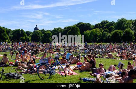 Munich, Germany. 11th June, 2017. People enjoying the summer weather at the Englischer Garten park in Munich, Germany, - Stock Photo