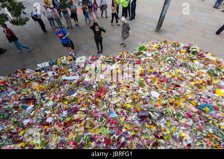 London, UK. 11th June 2017. Flowers are laid by members of the public in tribute to the victims of the London Bridge - Stock Photo