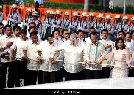 Manila, Philippines. 12th June, 2017. Philippine Vice-President Leni Robredo (7th from left) with Senator Alan Peter - Stock Photo