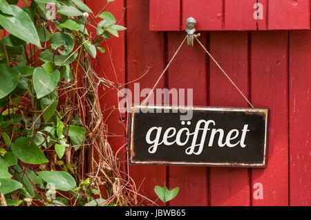 Altes Blechschild mit Aufschrift Geöffnet - Stock Photo