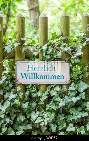 Altes Blechschild mit Aufschrift Herzlich Willkommen - Stock Photo