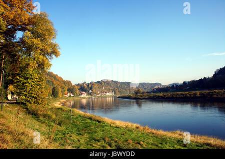 Die Elbe im deutschen Teil des Elbsandsteingebirges; steile Felsen und bunte Laubwälder; in der Ferne ein kleiner - Stock Photo