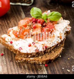 Ziegenkäse auf Brot mit Basilikum und Tomaten - Stock Photo