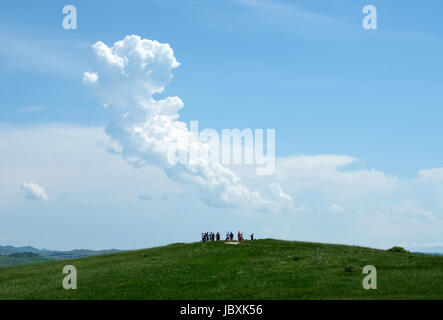Visitors stand on a high point at the Little Bighorn battlefield site, Crow Agency, Montana, USA. - Stock Photo