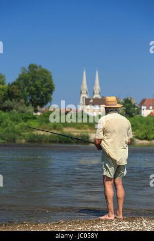 France, Allier (03), Moulins, la ville et l'Allier en été, pêcheur // France, Allier, Moulins, the city and the - Stock Photo