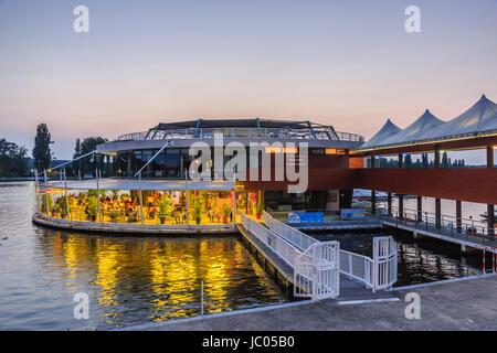 France, Allier (03), Vichy, restaurant la Rotonde du lac sur le lac d'Allier au crépuscule // France, Allier, Vichy, la Rotonde restaurant on the lake