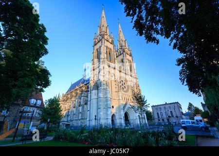 France, Allier (03), Moulins, la cathédrale le soir // France, Allier, Moulins, the cathedral - Stock Photo
