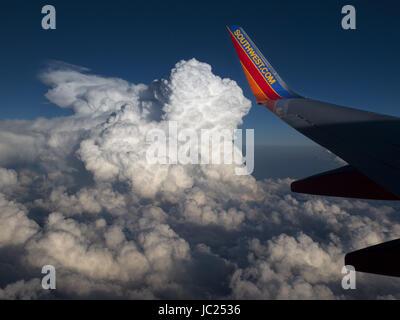 Denver, CO, USA. 11th June, 2017. JUNE 11, 2017 - Denver, Colorado, USA - A Southwest Airlines 737 airplane flies - Stock Photo