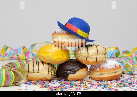 Krapfen, Kreppel, Fastnacht, Karneval, Turm, Luftschlange, Luftschlangen, Girlande, Girlanden, Konfetti, süß, Gebäck, - Stock Photo