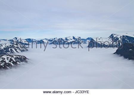 Die Dalsnibba ist ein Gipfel, der wegen der Aussicht auf den  Geirangerfjord, der hier  unter einer Wolkendecke - Stock Photo