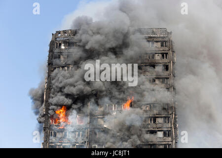 London, UK. 14th June, 2017. Fire is still burning inside the tower at 9am. At least 50 people have been taken to - Stock Photo