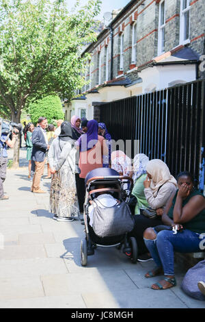 London, UK. 14th June, 2017. Evacuated residents from nearly housing and estates of the Grenfell Tower, a high rise - Stock Photo