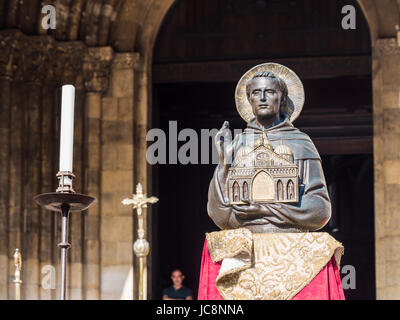 Lisbon, Portugal. 13th June, 2017. Figure on Saint Anthony in fron of Se de Lisboa Cathedral during celebreations - Stock Photo