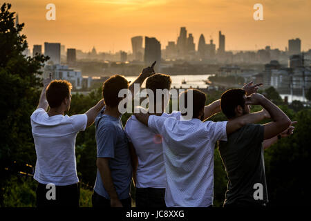 London, UK. 14th June, 2017. UK Weather: Locals and tourists enjoy the evening sunset over the city seen from Greenwich - Stock Photo