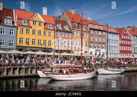 Alte Schiffe und bunte Häuser in Nyhavn in Kopenhagen, Dänemark - Stock Photo