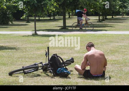 London, UK. 15th June, 2017. People enjoying the sunshine in Kensington Gardens on a warn sunny day in London Credit: - Stock Photo