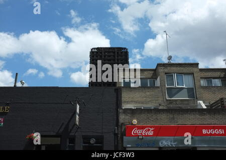Notting Hill, Kensington, UK. 15th Jun, 2017. The site of the Grenfell Tower fire disaster at around 2.30pm on Thursday, - Stock Photo