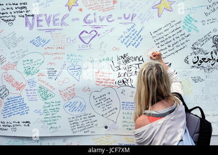 London, UK, 15th June 2017. Tributes and messages of condolence written on a wall near Grenfell tower. Credit: Yanice - Stock Photo