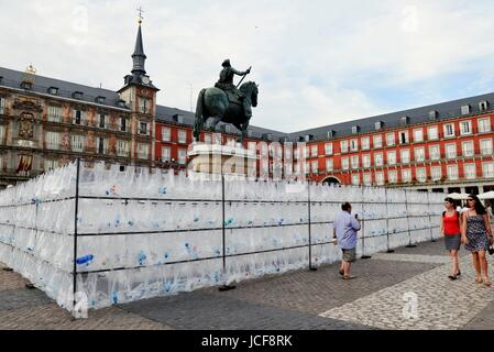 Madrid, Spain. 15th June, 2017. Anonymous artist 'Colective Luzinterruptus' create the artistic piece 'The waste - Stock Photo