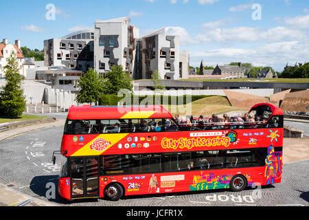 Tourist bus outside the Scottish Parliament building at Holyrood in Edinburgh, Scotland, United Kingdom. - Stock Photo