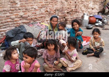 Poor woman and children dressed in rags living on the street in Ahmadabad, Gujarat, India - Stock Photo
