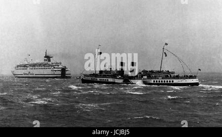 AJAXNETPHOTO. 29TH SEPTEMBER, 1996. SOLENT, ENGLAND. - PADDLE STEAMER WAVERLEY UNDER WAY IN ROUGH SOLENT WEATHER - Stock Photo