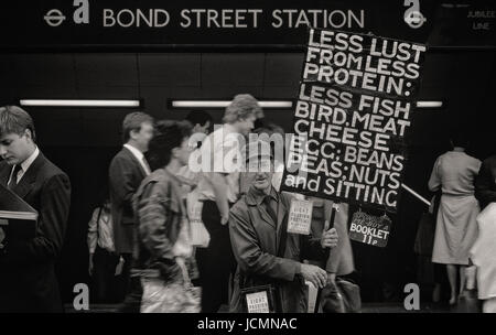 Stanley Green, the protein man carrying his placard in Oxford Street, London in the early 1980's - Stock Photo