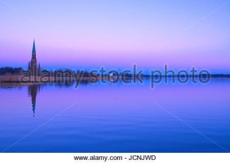 Der St. Petri Dom in Schleswig an der Schlei an einem klaren, kalten Wintertag in der Schleswiger Skyline bei einsetzender - Stock Photo