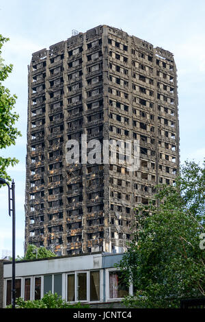 London, UK. 15th June, 2017. The Grenfell Tower fire occurred on 14 June 2017, at the 24-storey Grenfell Tower, - Stock Photo